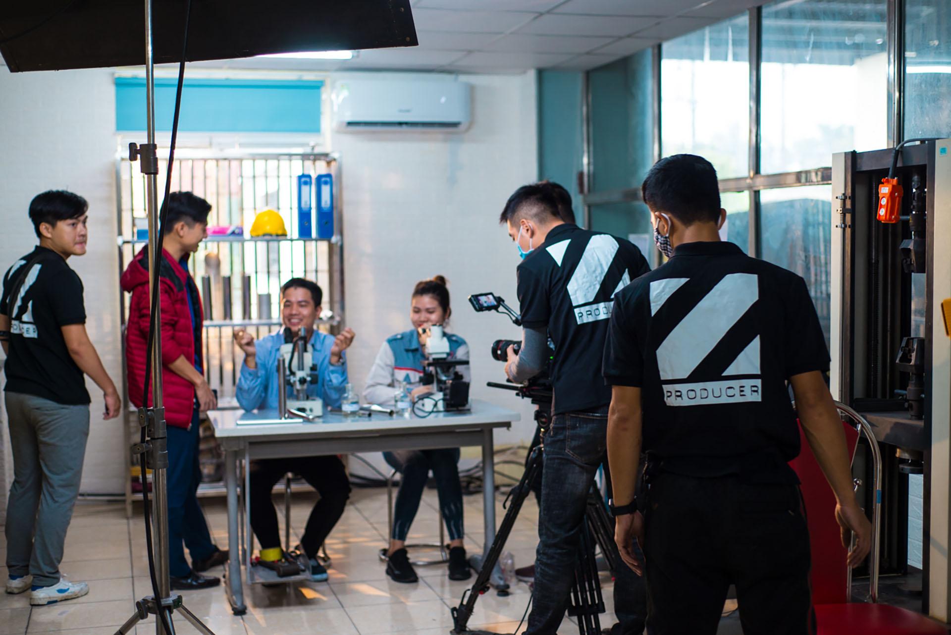 tổ quay phim của ekip sản xuất 10