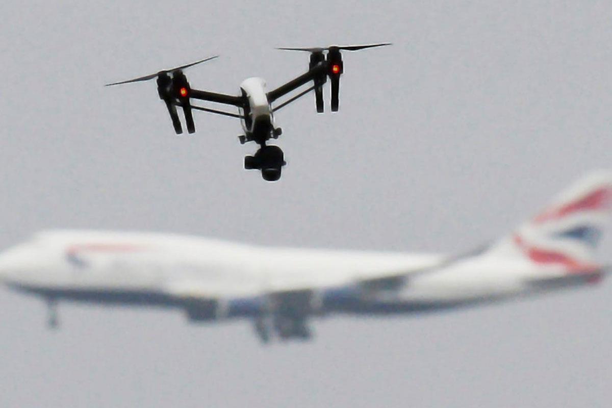 Nghiêm cấm bay flycam xung quanh khu vực sân bay